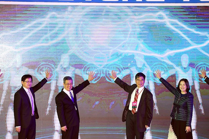 Vice President Chen Chien-jen, second left, and guests attend the Future Tech exposition at the Taipei World Trade Center on Dec. 13 last year. Photo: CNA