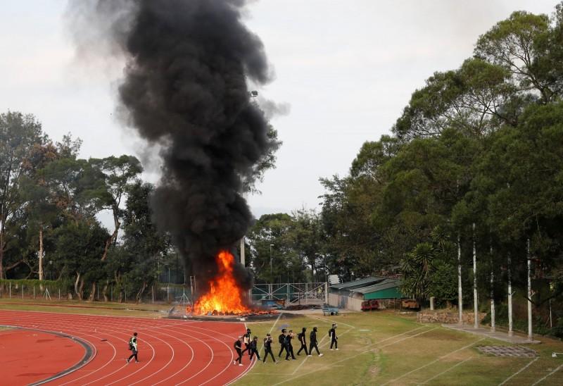 中大操場上有起火事件,火勢猛烈。校方宣布明天繼續停課。(路透)