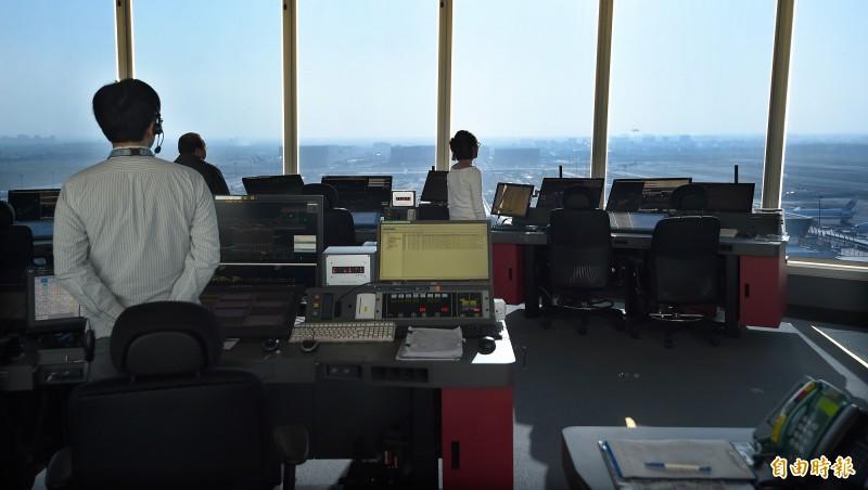 塔台管制員在桃園機場新塔台執勤。(記者朱沛雄攝)