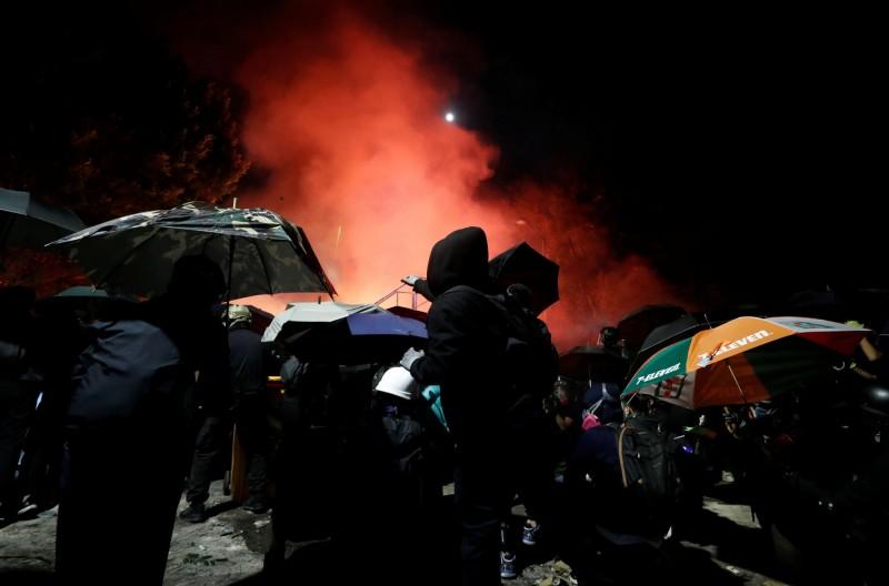 晚間中大學生與警方在聯外橋上爆發新一輪衝突。(法新社)