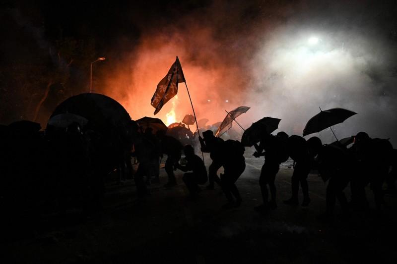 香港大專學界共11所大學的學生會發佈聯合聲明表示,「大專學界呼籲各校同學繼續抗爭,並以一切方式支援中大同窗。」(法新社)