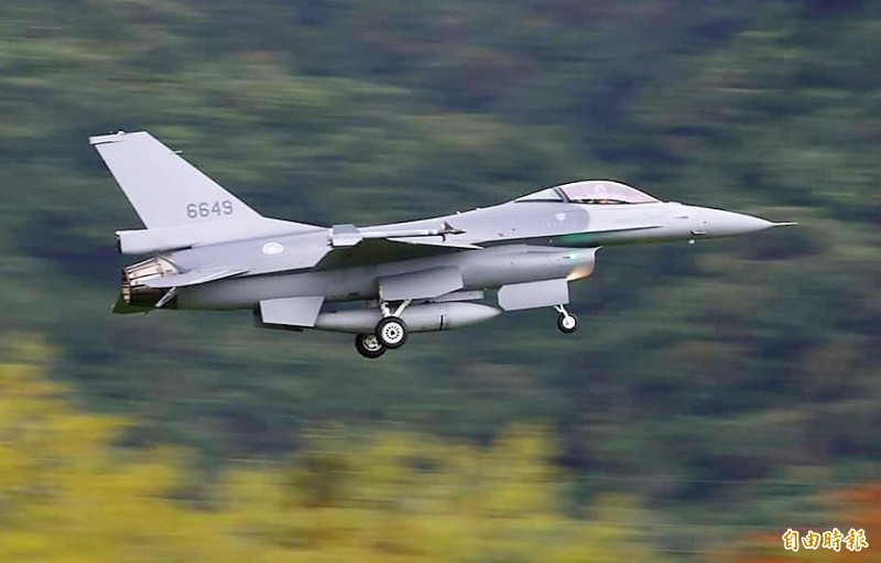 An F-16 takes off from the Jiashan Air Base in Hualien County on Monday. Photo: Yu Tai-lang, Taipei Times
