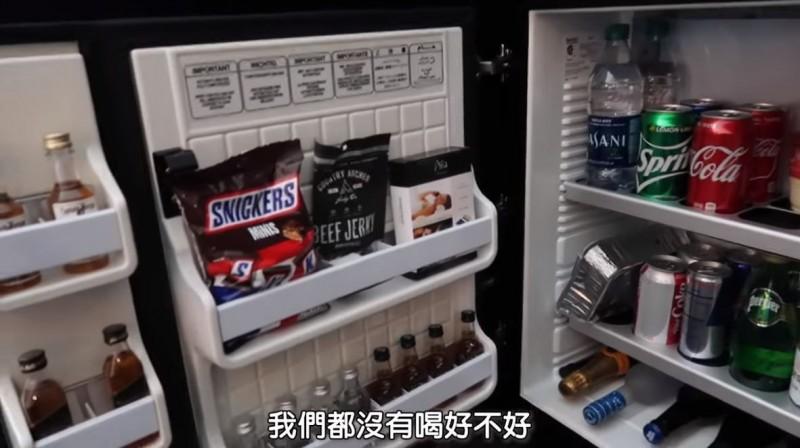 網紅「HowHow」出國旅遊住飯店,卻意外被收取高額費用。(圖擷自HowFun YouTube)