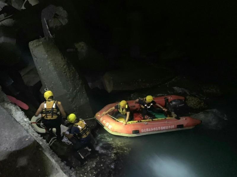 屏東東港昨天深夜傳出有人落海。(記者陳彥廷翻攝)