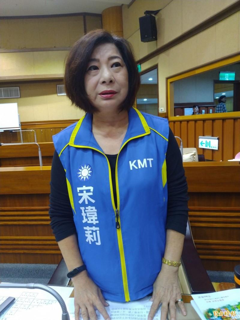 國民黨基隆立委參選人宋瑋莉說,156筆土地,每一張權狀,都是繼承而來的。(記者林欣漢攝)