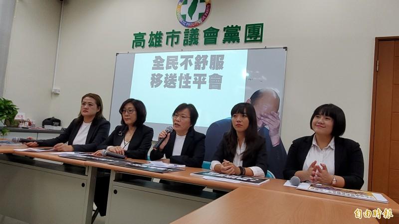高雄市長韓國瑜豪宅風波延燒,立委劉世芳(右3)轟韓國瑜假庶民、騙選票,應該接受全民檢驗。(記者陳文嬋攝)
