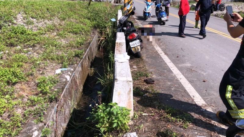 萬榮鄉紅葉聯絡道路發生死亡車禍,造成機車雙載的男子和婦人跌落水溝,因為沒戴安全帽導致頭部重創,婦人當場死亡。(消防局提供)