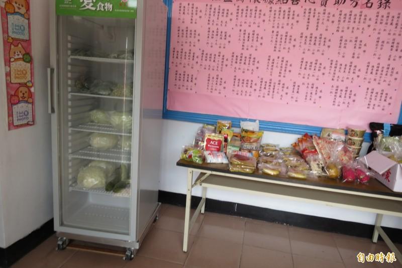 讓剩食變成聖食,大東社區設愛心冰箱,提供有需要的民眾新鮮的蔬菜(記者蘇金鳳攝)