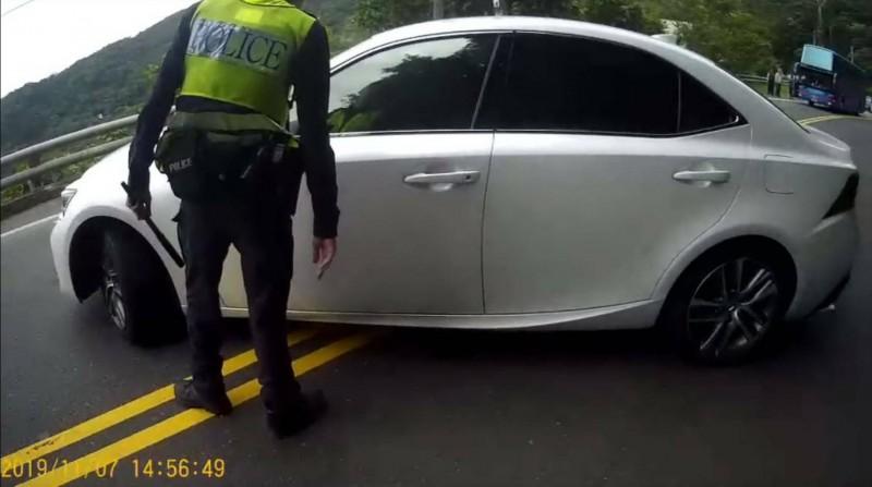 南迴公路日前發生轎車違規被攔,駕駛拒下車,警員持警棍猛擊仍破不了窗的事件。(記者黃明堂翻攝)