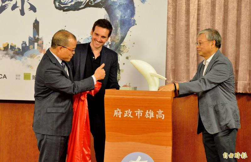 代理高雄市長的副市長葉匡時(左)與藝術家Jason Klimoski(中)、建築師徐少游共同揭開愛河愛之鯨的示意模型。(記者許麗娟攝)