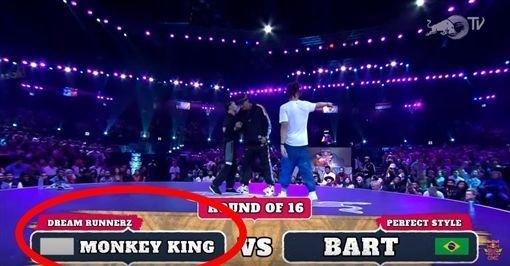 台灣嘉義市霹靂舞好手Monkey King(小猴子)黃政嘉上週到印度參加世界霹靂舞大賽決賽,但比賽時國旗竟被塗灰。(擷取自Youtube)
