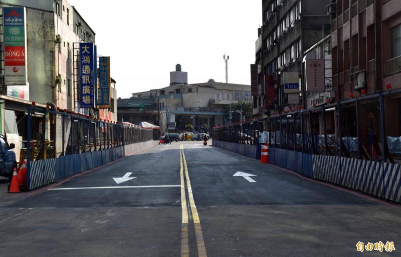 中壢區元化路地下道前站部分已完成回填及道路鋪設,即起開放雙向單線通車。(記者李容萍攝)
