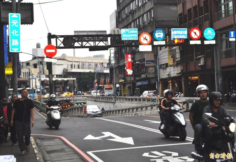 中壢區元化路地下道封閉前是貫穿前後站的主要地下道,每日車流量大。(資料照,記者李容萍攝)