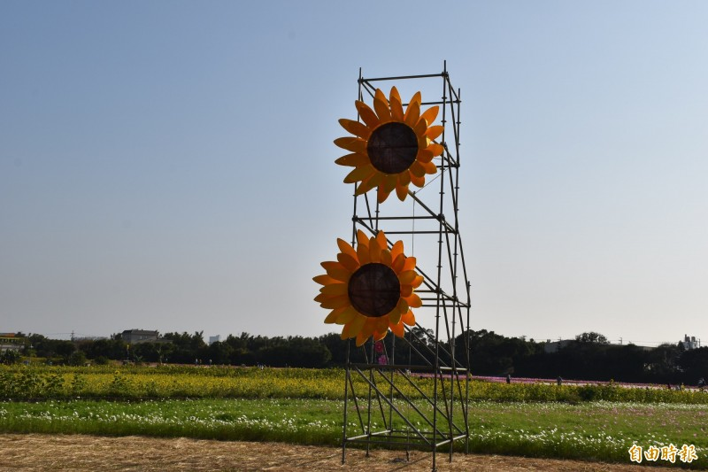 中壢展區新設置「綻放吧!繽紛的大花」裝置藝術。(記者李容萍攝)