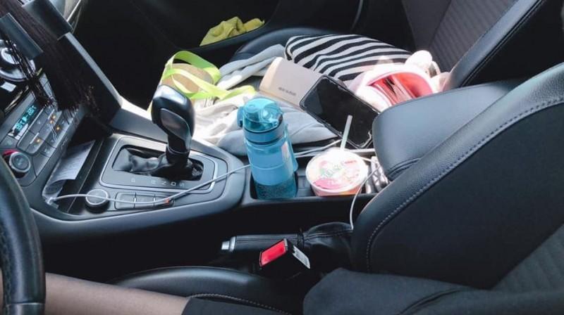 原PO貼出車內副駕駛座的照片,黑斯長腿隱約露出。(圖擷取自爆廢公社)