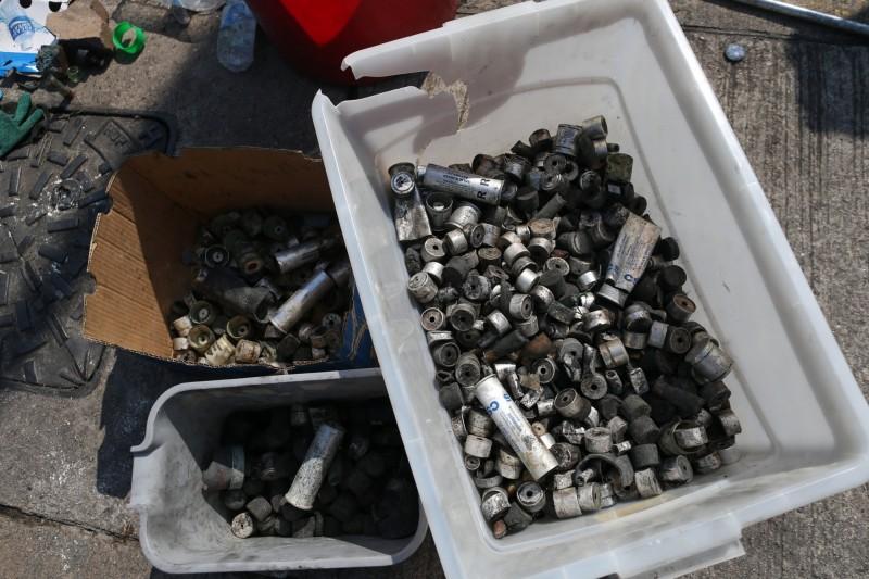 港警圍攻中大,在4小時內狂射大量催淚彈、橡膠子彈等,校園已經拾獲各式彈殼高達2356枚。(歐新社)