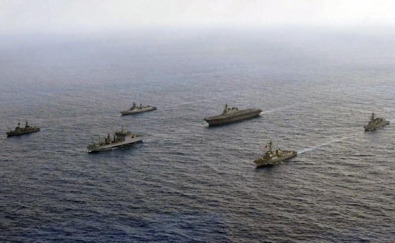 圖為今年美國、日本、印度與菲律賓4國海軍船艦航經南海進行軍演。(歐新社)