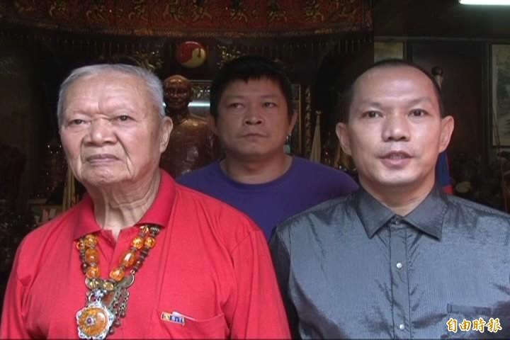 胡漢龑(右)與父親胡鵬飛(左)。(資料照)