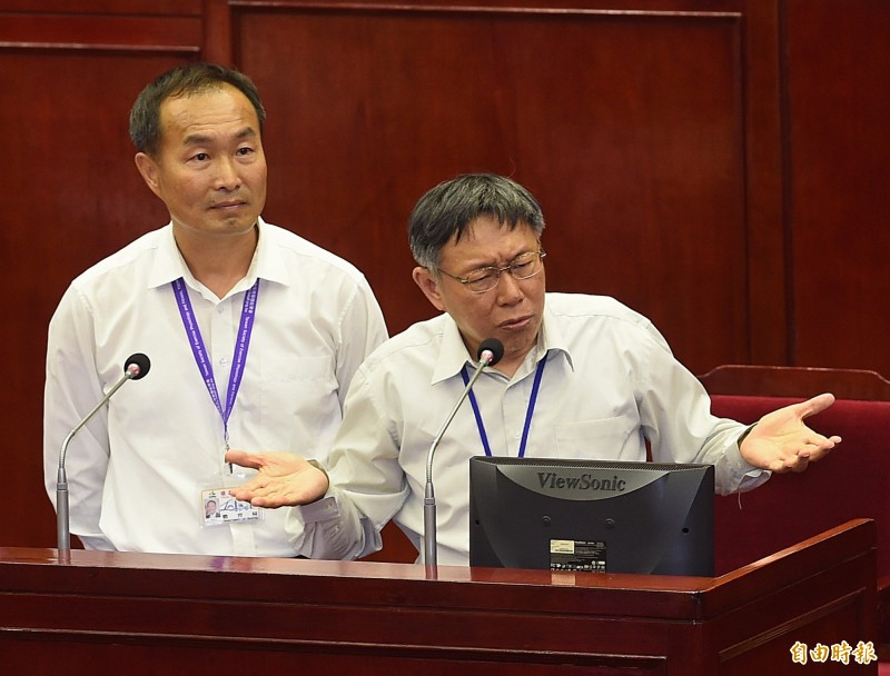 台北市議會審查台北市政府明年度1683億元總預算,但體育局長李再立(左)出訪上海而缺席,國民黨市議員陳義洲嗆下台。(資料照)