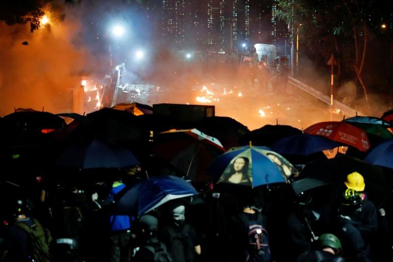 警方不斷施放催淚彈攻擊,示威學生和民眾則以投擲汽油彈回擊,校園瀰漫煙硝。(路透)