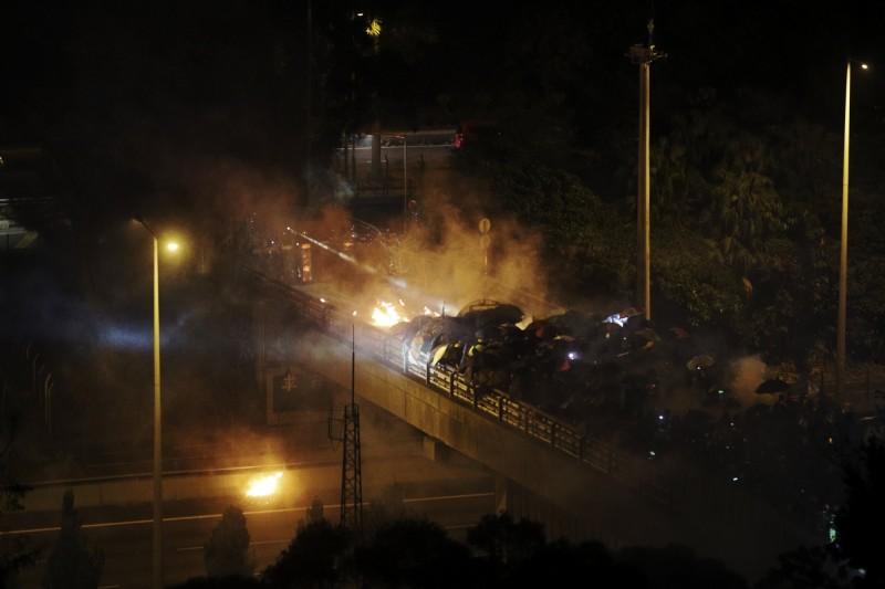 香港大三罷持續進入第三天,今晨全港交通幾近癱瘓。圖為1112港警夜攻香港中文大學。(美聯)