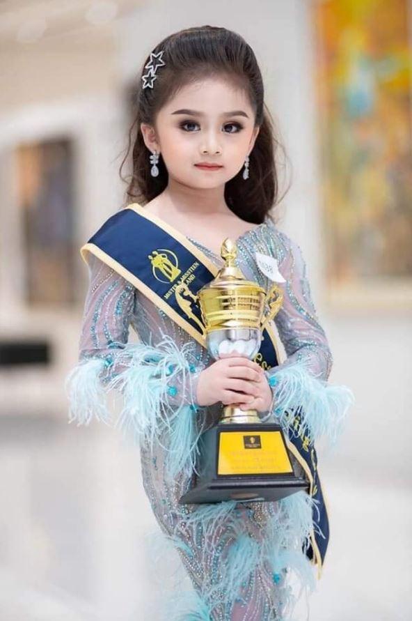 泰國日前舉辦的「Mister and Missteen Thailand」兒童選美比賽,經過才藝、走秀及外型等評比後,最後由擁有「洋娃娃般」精緻五官的6歲女童芙瑞雅(Baifern Freya)脫穎而出、成功奪冠!(圖擷取自臉書)