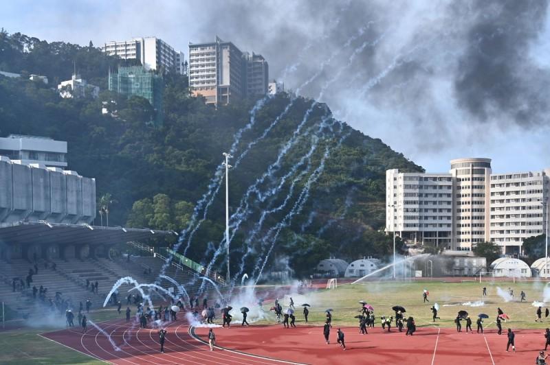 香港反送中示威戰場最近延伸至大學校園,其中香港中文大學11至12日連續2天有學生與港警爆發衝突。(法新社)