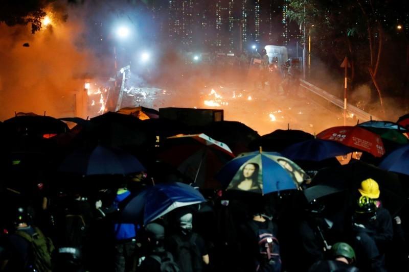 港警12日強闖香港中文大學校園,施放大量催淚彈及橡膠子彈,讓校園淪為戰場。(路透)