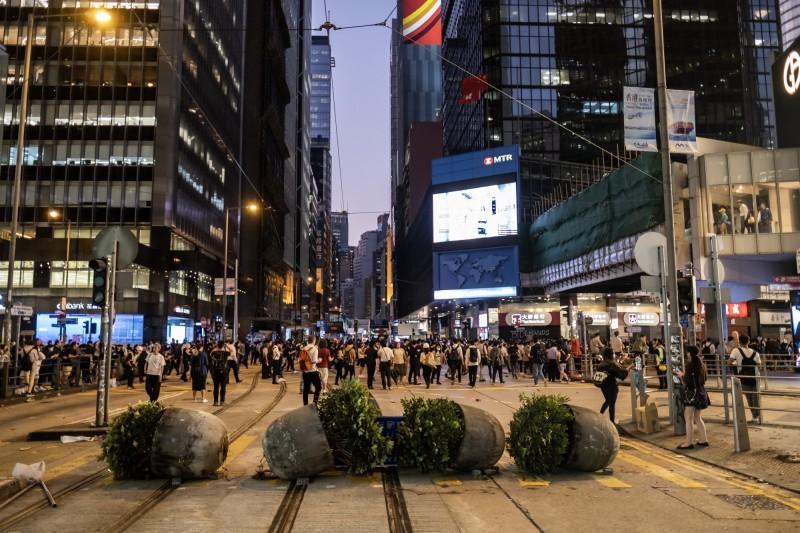 香港大三罷持續進入第三天,今晨全港交通幾近癱瘓。圖為1112香港街頭一景。(彭博)
