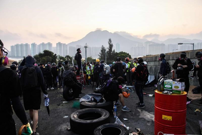 香港中文大學學生們整夜與港警對峙,保護校園內的互聯網中心。(法新社)