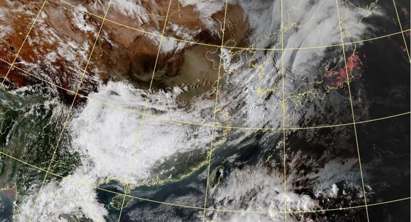 鄭明典發現,中國山東省西方高空飄揚沙塵,預計24小時後飄到台灣。(圖擷取自中央氣象局)