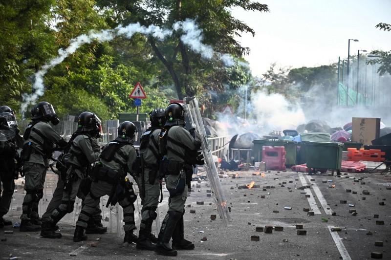 香港警察先後向「反送中」示威者開槍,且強行進入香港中文大學後,中國官方及媒體呈現著與舉世完全平行的觀點。(法新社)