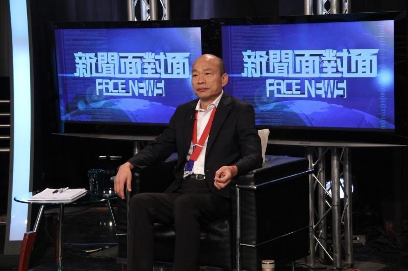 韓國瑜受政論節目「新聞面對面」訪問,在台北市議員王世堅的勸告下表示,如果大家認為(潘金蓮、武大郎)用詞不雅,「我願意把它收回,非常非常的不好意思」。(年代提供)
