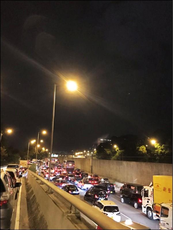 香港民眾十二日晚間自發性趕赴中大支援學生,通往中大道路因而大塞車。(取自網路)