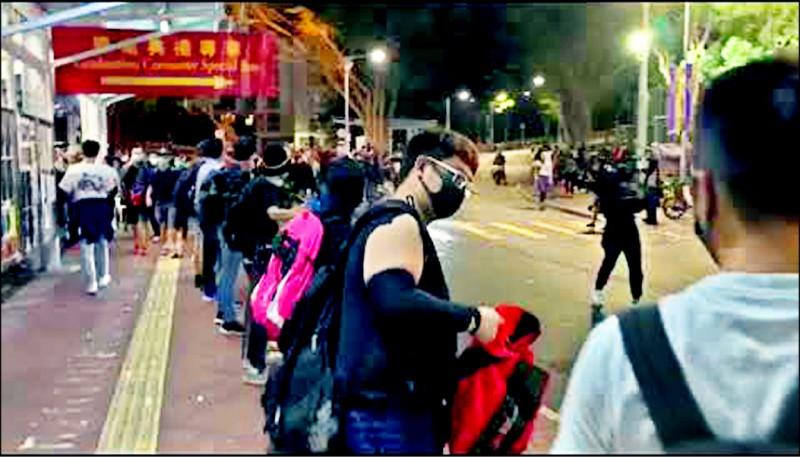 支援學生的各路民眾組成人鏈,將物資傳入校內抗爭前線。(取自網路)