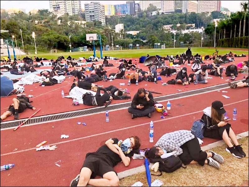 香港中大學生徹夜死守校園。(取自網路)