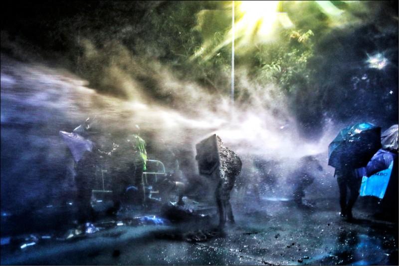 香港中文大學學生十二日晚間與警方衝突期間,警方出動水砲車攻擊學生。(美聯社)