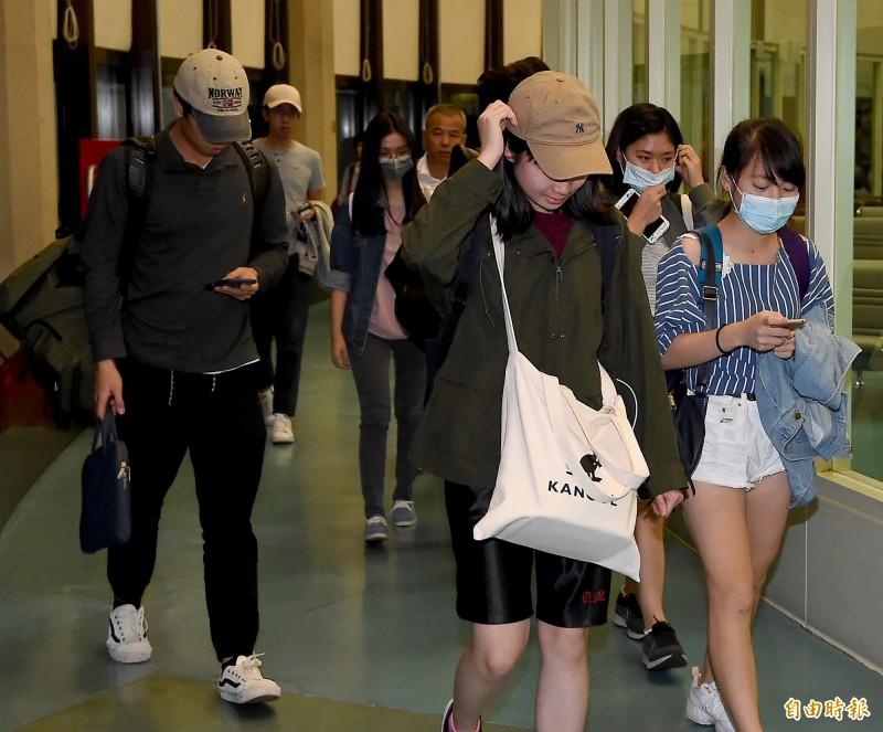 香港反送中抗爭持續升溫,香港中文大學71名台籍學生在香港台北經濟文化辦事處協下,今天凌晨搭乘華航班機返抵桃園機場,學生們下飛機後大多低調不語。(記者朱沛雄攝)