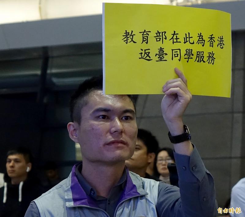 香港中文大學71名台籍學生今天凌晨搭乘華航班機返抵桃園機場,教育部派員到機場協助學生搭車返家。(記者朱沛雄攝)