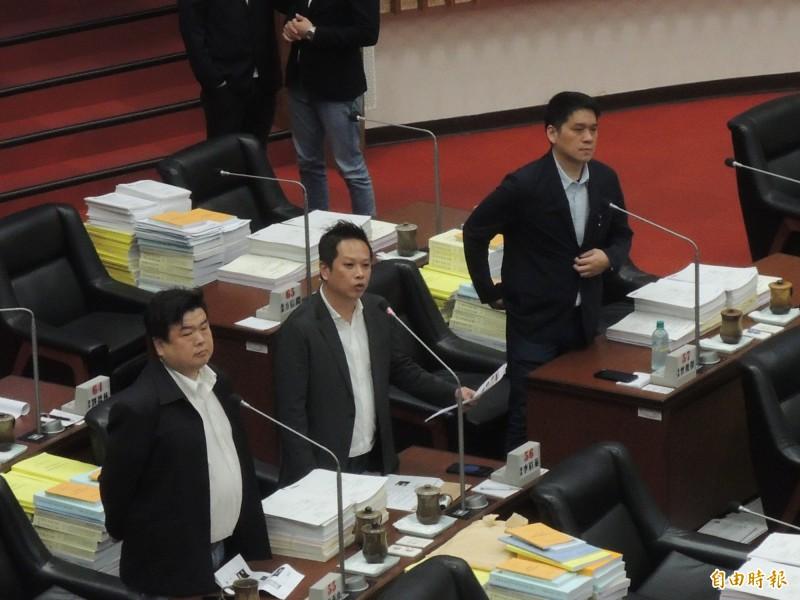 民進黨高市議員何權峰詢問葉匡時,對國民黨不分區立委名單表達看法。(記者王榮祥攝)