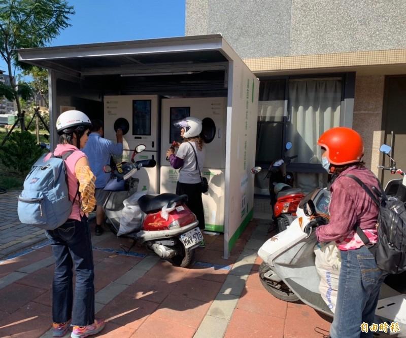 「咻~」療癒的回收聲!新竹市環保局設置的無人回收站,24小時提供服務,短短3個月已回收30萬支瓶罐,成效良好,更有很多好康可兌換,大人小孩都愛。(記者洪美秀攝)