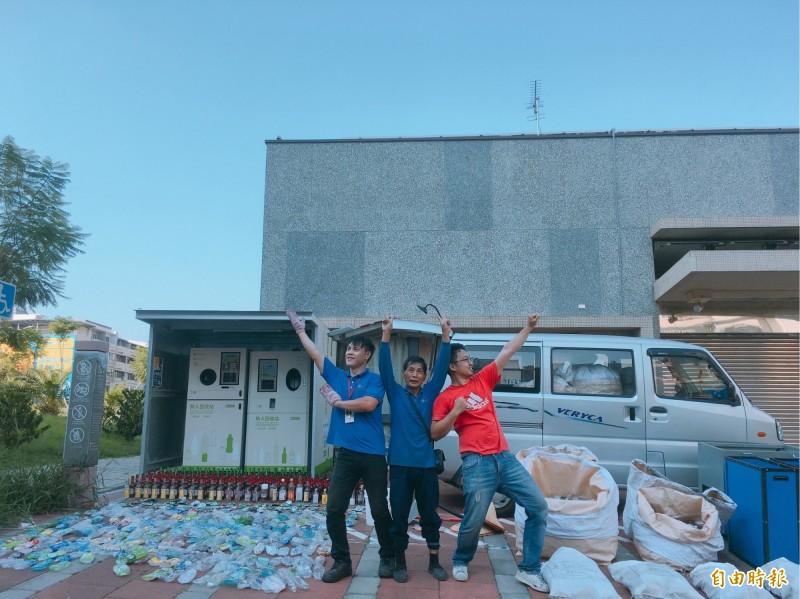 新竹市環保局設置的無人回收站,24小時提供服務,短短3個月已回收30萬支瓶罐,成效良好,更有很多好康可兌換,大人小孩都愛。(記者洪美秀攝)
