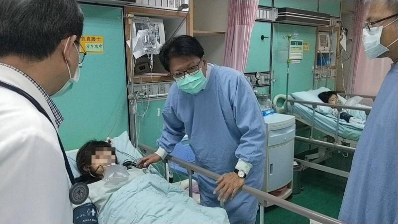 屏東縣長潘孟安到醫院探視獲救女童。(記者邱芷柔翻攝)