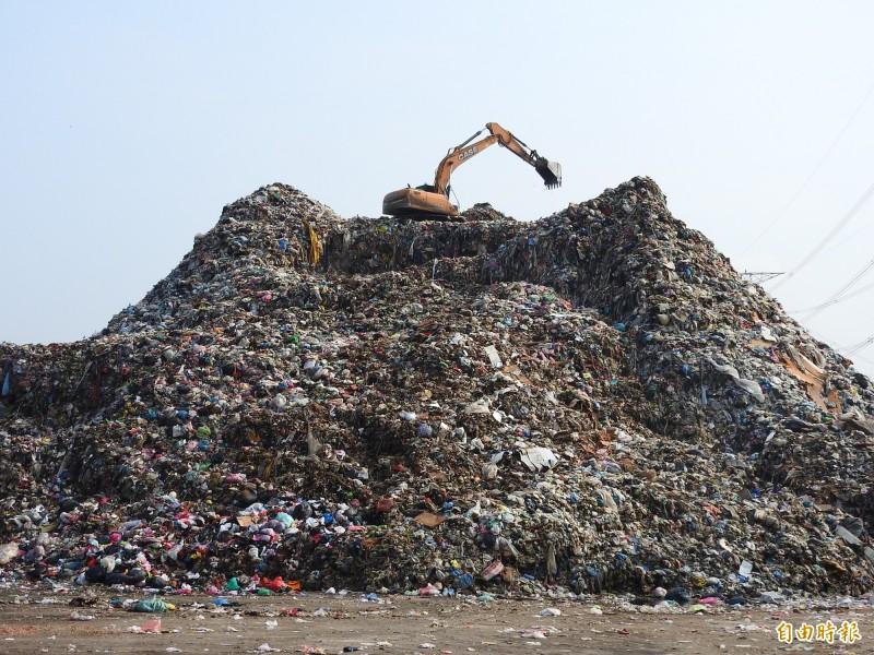 南投縣長期以來垃圾外運去化量遠遠不及產出量,導致垃圾大量堆置,單是草屯鎮清潔隊旁即堆置4萬噸垃圾,形成恐怖垃圾山。(記者佟振國攝)