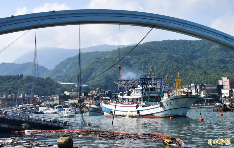 南方澳跨港大橋崩塌,造成漁船進出受阻,中央提供漁民作業補償,逾期將不受理。(記者張議晨攝)