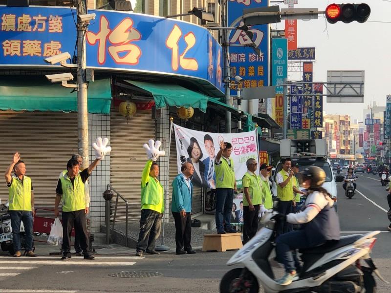 莊瑞雄清晨仍是到東港街頭拜票。(記者陳彥廷翻攝)