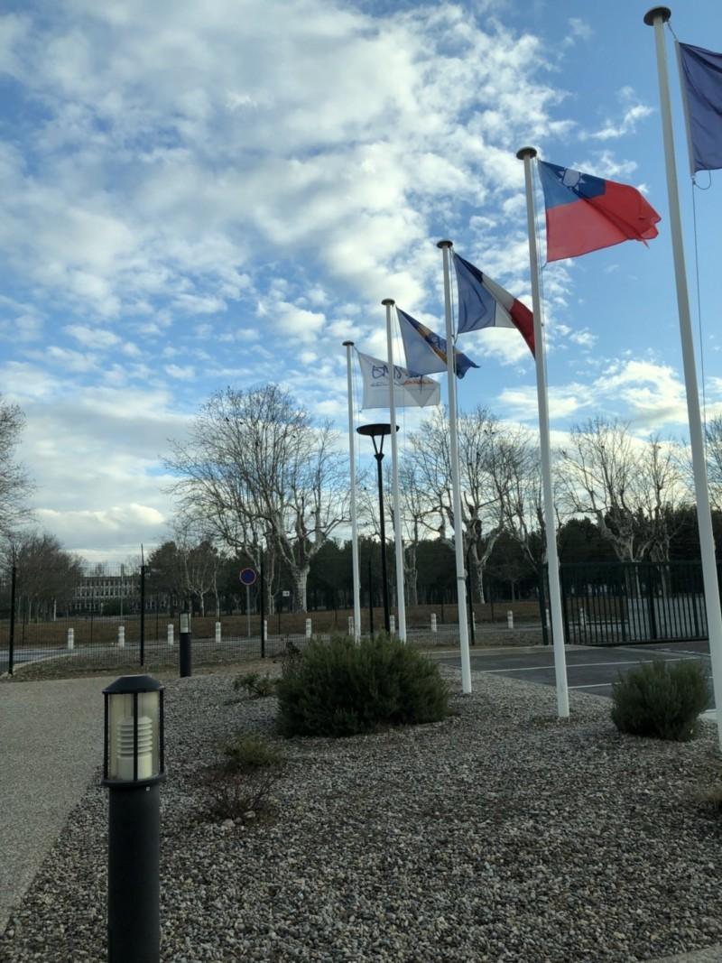 法國消防官高等學院前飄揚台灣的國旗,見證台法合作訓練消防官的里程碑。(記者吳仁捷翻攝)