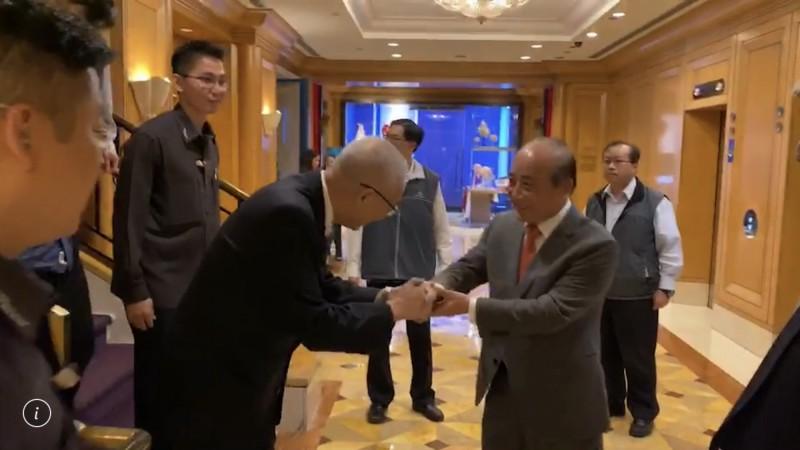 王金平下午在形成巧遇吳敦義,兩人握手打招呼,並無多聊。(王金平辦公室提供)
