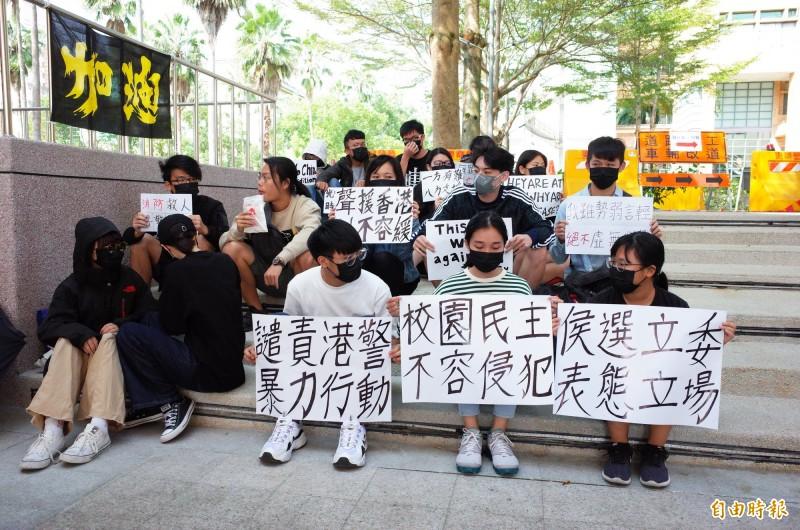 國立東華大學學生會發起聲援行動,將發動全台大學串連,將要去各校針對所屬各選區的立委參選人調查,要求對香港大學校園遭到警察暴力攻擊事件進行表態,供選民檢視。(記者花孟璟攝)