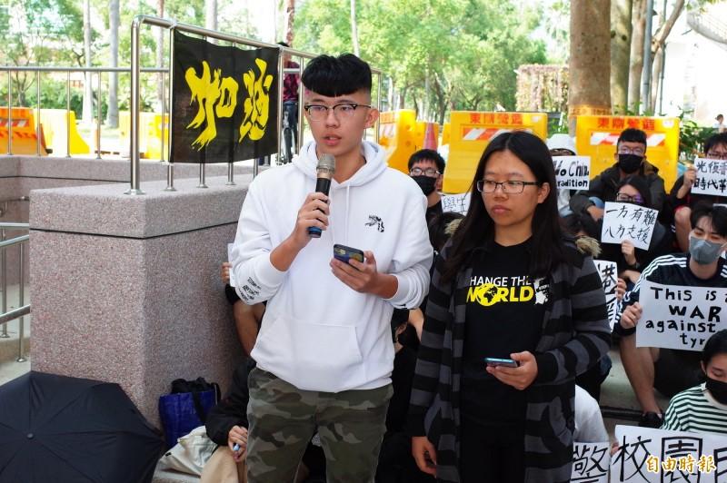 國立東華大學學生議會代表林冠妤(右)、劉俊良(左)發言支持撐香港反暴力。(記者花孟璟攝)